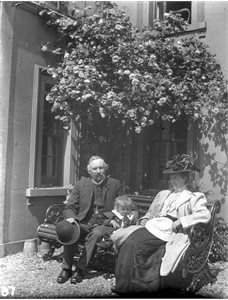 Dr. J. C. Dundee (1854-1910) and Mrs Dundee (1866-1965) with Joe Dundee