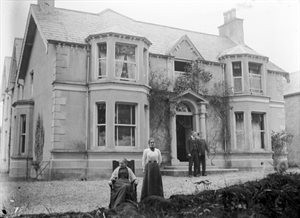 Nathaniel Boyd's house, Carntall 23/6/1902; Miss Annie Boyd, in front with mother; R. N. Boyd at door
