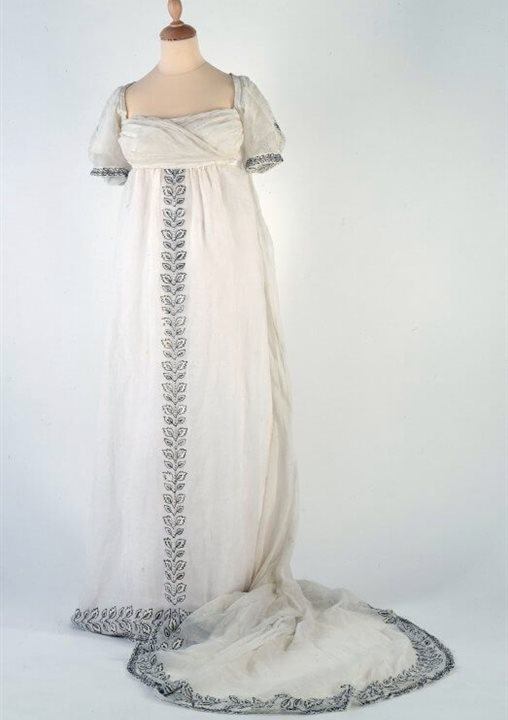 White muslin trained dress, 1800 (BELUM.T3223).  © National Museums NI Ulster Museum Collection